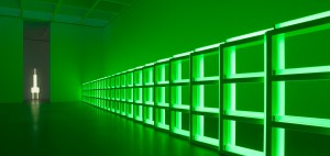 "Installationsansicht, Pinakothek der Moderne. Dan Flavin, ""Untitled (to you, Heiner, with admiration and affection)"", 1973 (seit 2008 Dauerleihgabe der Dia Art Foundation, New York / Gift of Louise and Leonard Riggio) und ""'monument' for V. Tatlin VII"", 1964. Foto: Haydar Koyupinar, Bayerische Staatsgemäldesammlungen, München © Estate of Dan Flavin / VG Bild-Kunst, Bonn 2015"